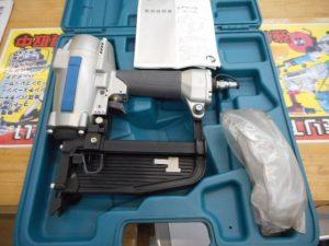 津山店です。 津山市のお客様から、makita マキタ フローリング用エアタッカ AT1150B 美品を、買取らせて頂きました。