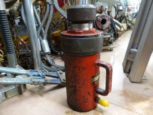 岡山店です。 岡山市のお客様から、山本水圧工業 油圧シリンダー US-R 70tonを、買取りさせて頂きました。