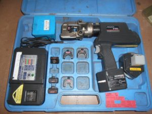 岡山店です。 岡山市のお客様から、 IZUMI 充電油圧式多機能工具 REC-150FM / 150AT-7PD パンチャアタッチメント付 バッテリ 充電器 中古品を、買取りさせて頂きました。