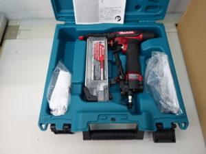 津山店です。 津山市のお客様から、 マキタ makita 高圧 仕上釘打 フィニッシュネイラ AF552H 赤 エアダスタ付 未使用品を、買取りさせて頂きました。